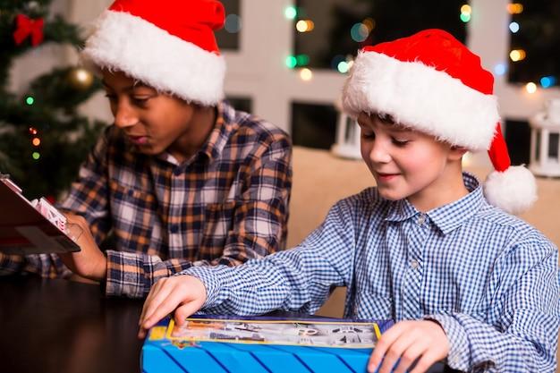 男の子はクリスマスにおもちゃを手に入れます。