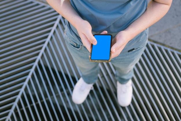 カメラ画面と携帯電話を保持している男の子の手