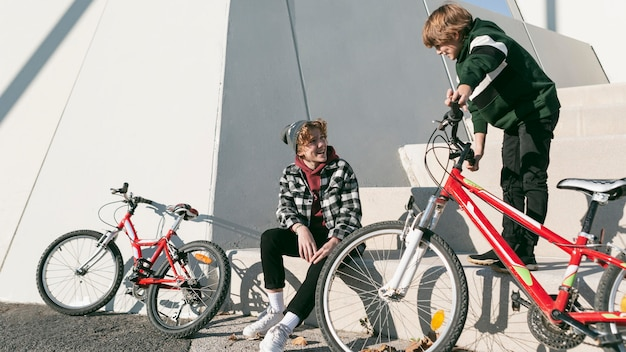 자전거와 함께 재미 공원에서 소년