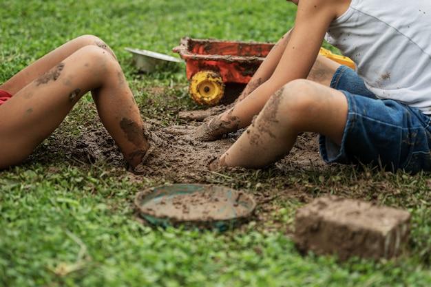 泥で遊ぶ男の子たち