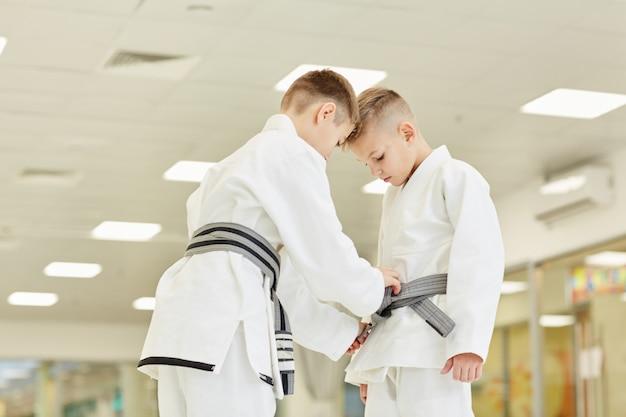 Мальчики готовятся к тренировкам по каратэ