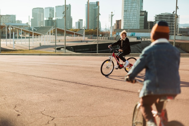 Ragazzi che guidano le loro biciclette all'aperto in città