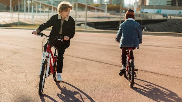 도시 공원에서 야외에서 자전거를 타는 소년