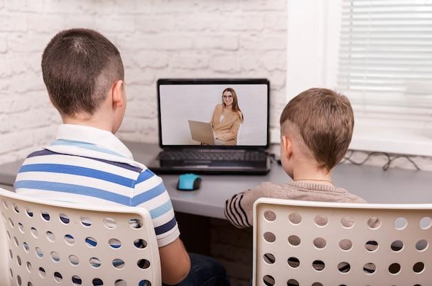 自宅でビデオオンラインレッスンで勉強している男の子。ホームスクーリング