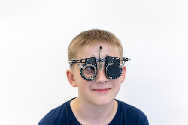Boyseyesightはチェックされています検眼医は眼科医の子供の視力機器をチェックします