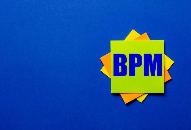 Bpmは青い表面の明るいステッカーに書かれています