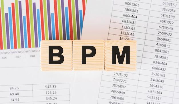 ウッドブロックに書かれたbpmの言葉。テーブル、コンセプトに関するよくある質問のテキスト。