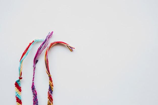 白い背景の上の糸で作られたブレスレット