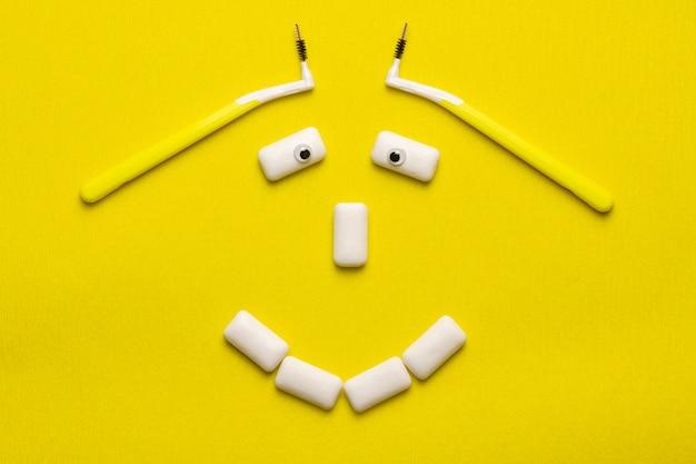 미소 얼굴 모양의 껌 패드와 함께 재미있는 개념을 청소 교정기.