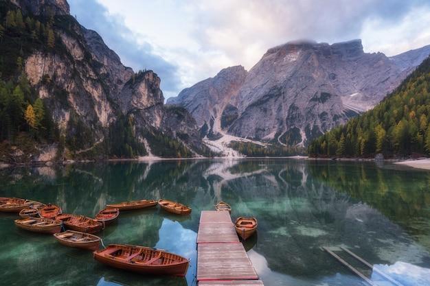 Ландшафт горы осени с озером braes в доломитах, италией.