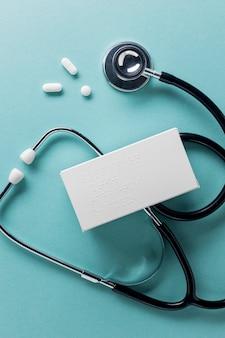 Alpahbet braille sulla vista dall'alto del contenitore di pillole