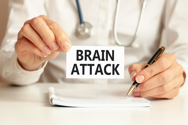 의사의 손에 뇌 공격 카드. 의사의 손에 텍스트 뇌 공격, 의료 개념 종이 한 장.