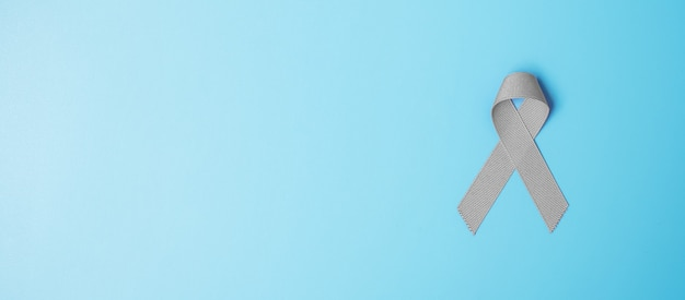 Месяц осведомленности рака мозга, лента серого цвета для поддержки живущих людей. концепция здравоохранения и всемирного дня рака