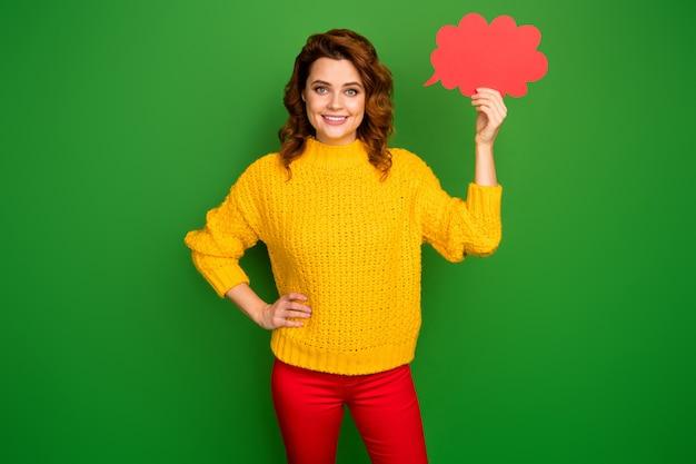 ブレーン思考ブレーンストーミングの概念。ポジティブな陽気な女性の肖像画は赤い紙カードを保持します吹き出し雲は明るい色の壁に分離された見栄えの良いプルオーバーを着用します