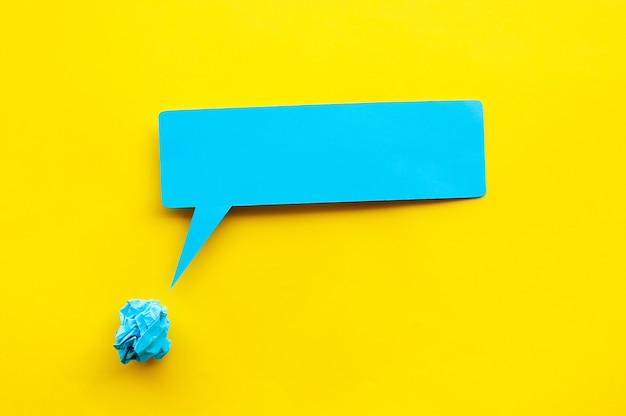 プチプチと紙のしわくちゃのball.copyスペースでアイデアと創造性の概念をブレインストーミング