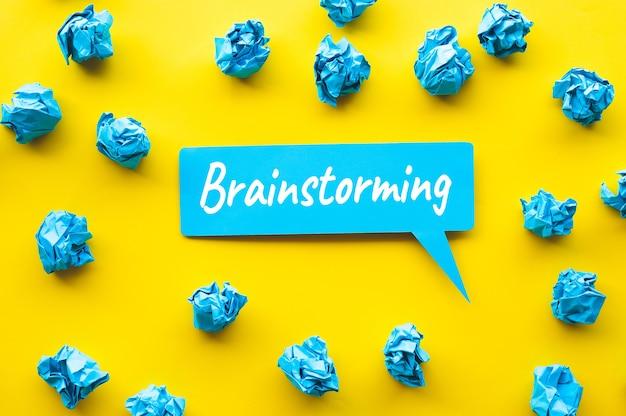 プチプチと紙のしわくちゃのボールのテキストでアイデアと創造性の概念をブレインストーミングします。コピースペース