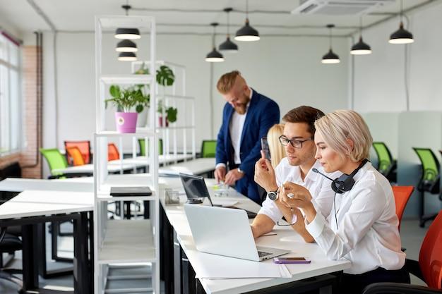 가벼운 사무실에서 사람들의 브레인 스토밍 시간, 팀 문제 해결