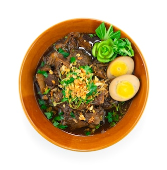 Тушеная говядина с коричневым супом, посыпанная хрустящим чесночным украшением яйцо и овощи, тайская кухня, вид сверху