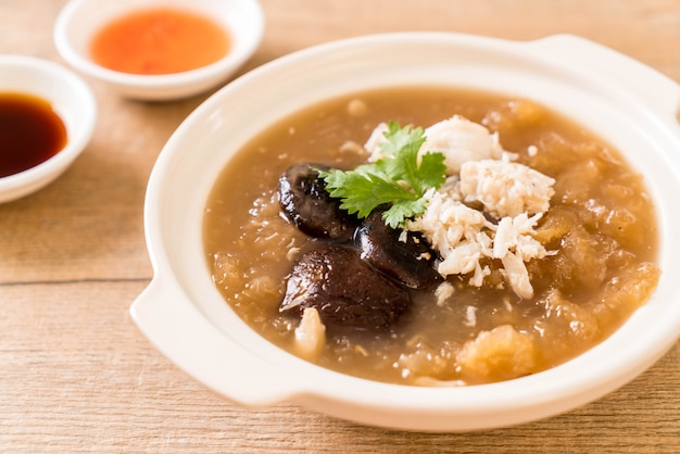 Braised fish maw in red gravy soup with crab