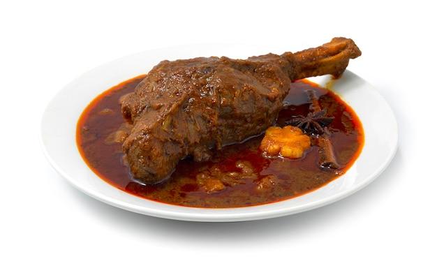 찐 양고기 생크 마사 만 카레 부드럽고 잘게 썬 인도 향신료와 태국 음식 퓨전 스타일 사이드 뷰