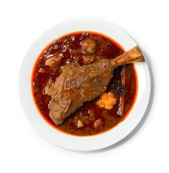 찐 양고기 생크 마사 만 카레 부드럽고 잘게 썬 인도 향신료와 태국 음식 퓨전 스타일 topview