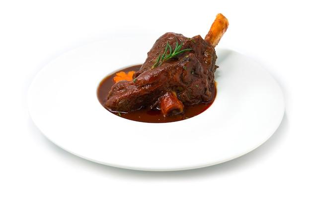 레드 와인 소스와 야채를 곁들인 찐 양고기 생크를 부드럽고 잘게 썬 유럽식 음식 스타일 사이드 뷰까지