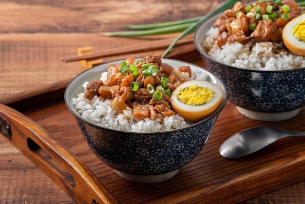 台湾のご飯の上に豚肉の煮込みをクローズアップした肉の煮込みご飯。台湾の有名な伝統的な屋台の珍味。