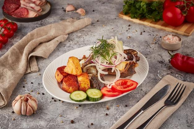 Тушеная свинина и говядина с овощами и специями