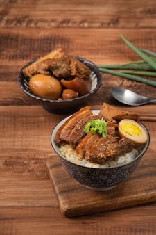Тушеная свиная грудинка, тушеная свиная отбивная над отварным рисом на тайване. знаменитый тайваньский традиционный деликатес уличной еды.
