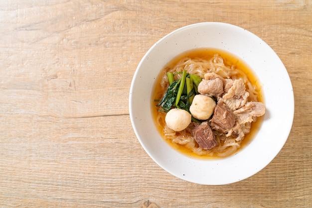 Тушеная миска с лапшой из свинины по-азиатски