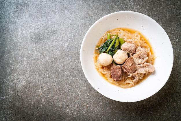 Миска с тушеной свининой и лапшой - азиатская кухня