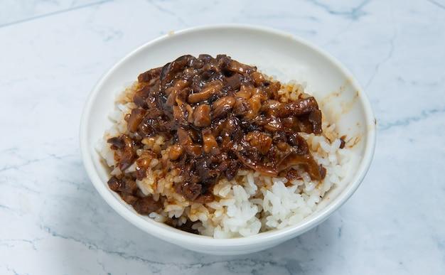 Тушеная свинина на рисе - это свиной фарш, который подается с солеными огурцами поверх пропаренного риса, тайваньская кухня (тайваньские продукты)