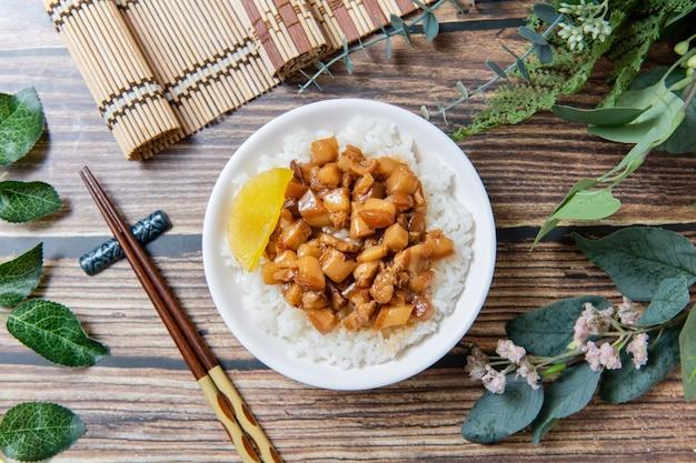 Тушеная свинина на рисе - это свиной фарш, который подается с солеными огурцами поверх пропаренного риса, тайваньская кухня