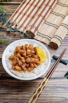 豚肉の蒸し煮は、蒸しご飯の上に漬物を添えたみじん切りの豚肉、台湾料理です。