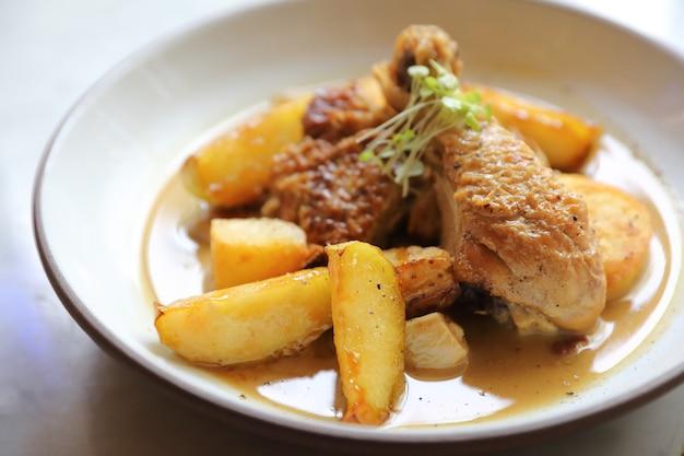 감자를 곁들인 구운 닭고기 조림