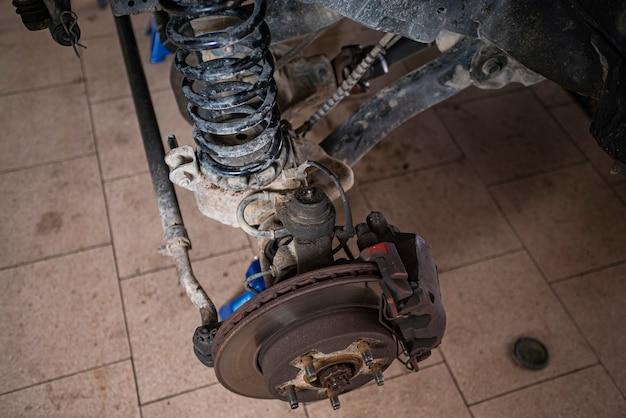 수리 준비가 된 자동차의 브레이크 및 서스펜션