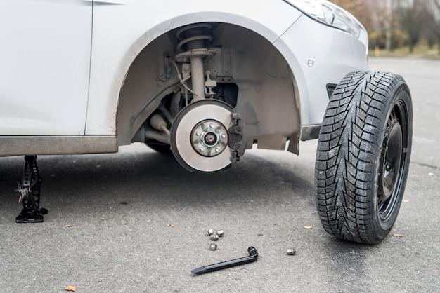 바퀴가 부러진 자동차의 브레이크 디스크