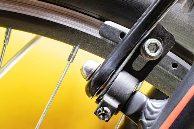 自転車の車輪にブレーキをかけます。スポーツバイクのデザイン要素。スポットとテクノロジー。閉じる。余暇。