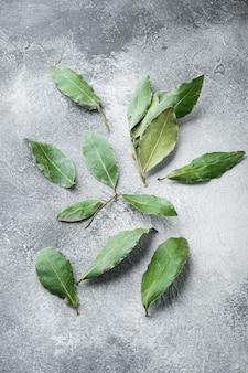 회색 돌 배경에 월계수 만 잎 세트