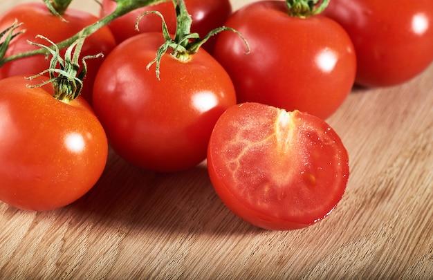 빨간 체리 토마토 유기 나무의 분기입니다.