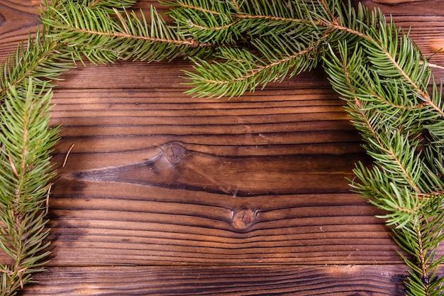 木製のテーブルの上のモミの木の枝。コピースペース