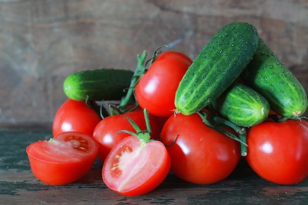 나무 배경에 토마토의 지점