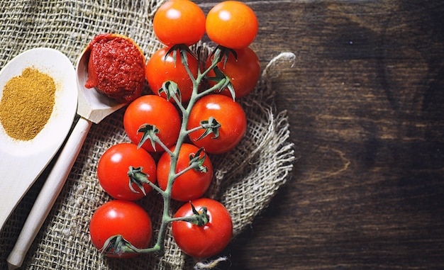 フレッシュチェリートマトの枝。完熟した赤いトマト