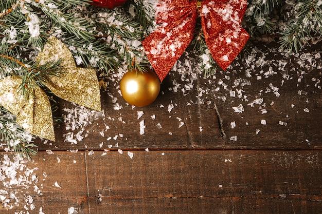나무 보드에 눈 속에서 크리스마스 트리와 크리스마스 장식의 가지