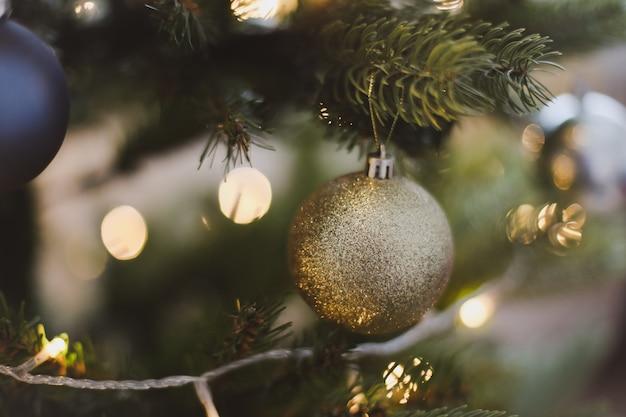 Ветки елки с шарами игрушки огни украшения