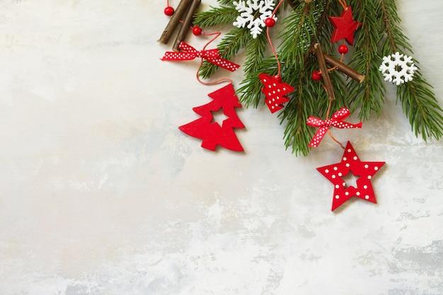 トウヒと赤の装飾の枝クリスマス新年のコンセプト上面図