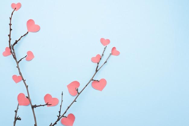 Ветки с сердечками на синем фоне с копией пространства