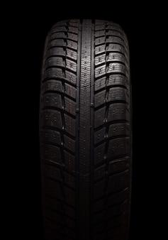 Совершенно новый рисунок зимних шин на черном фоне