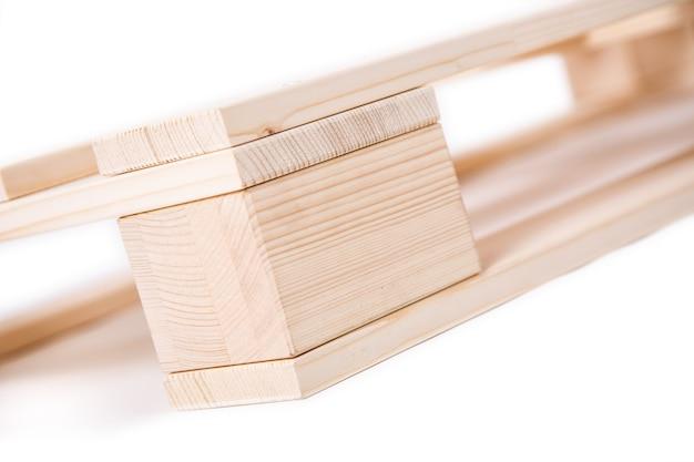 Совершенно новая деревянная деталь палитры на изолированном белом фоне.