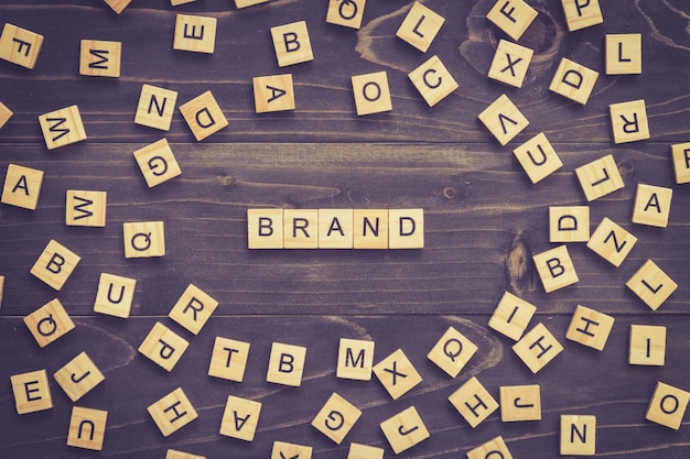 사업 개념에 대 한 테이블에 브랜드 단어 나무 블록.